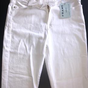 Hvide Frame denim bukser med bindebånd i taljen. Frynser som detalje. Aldrig brugt og stadig med tags.   Nypris 2100kr Sælges for 1000 kr.