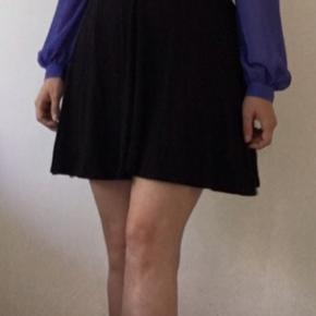 Sød skjorte / bluse med lange ærmer i klar blå. Blusen er løs i livet. Kan både bruges til fest og hverdag :-) Den er aldrig brugt, kun for at vise den på billedet.