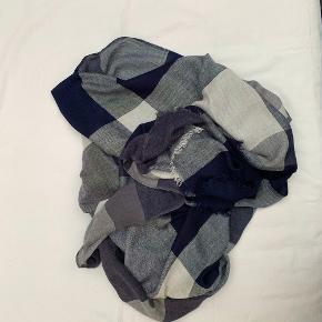 Part two halstørklæde sælges🦋 Det er aldrig brugt, og fremstår derfor som nyt:)  (Trøjen er også til salg)