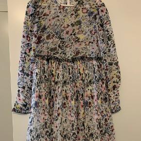 Smuk Pleated Georgette kjole fra Ganni. Aldrig brugt. Str 38, meget normal i størrelsen. Gav 1300 for den dengang jeg købte den. Går til midt på låret. Skriv gerne for flere billeder :-)  Kan hentes på Amager, ellers betaler køber for fragt.