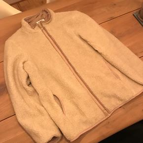 Lækker fleece jakke i off White med brunligt foer :) Dette er en sample så der er kun lavet 2-3 stykker af denne model:) Kan sendes på købers regning.
