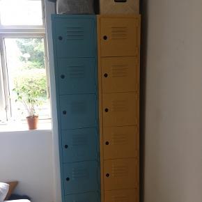 To flotte stålskabe med massere hyldeplads. Malet i henholdvis blå og gul. Pris pr. stk. 400 DKK Pris ved køb af begge 700 DKK  Mål Bredde: 35 cm Længde: 194 cm Dybde: 41 cm