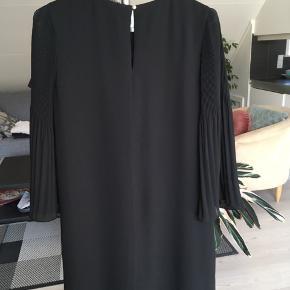 Kjole fra H&M i str. 36.  Cirka mål: Længde (fra hals til hæm): 87 cm Talje: 44 cm Armlængde: 52 cm Skulder til skulder: 36 cm