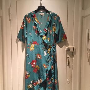 Flot kjole i str. 40/L fra Cream  Har et lille brugsspor, ses på sidste billede, det er ikke et hul, men et buk, der er gået lidt op, men ikke noget jeg personligt synes man ligger mærke til.  Ud over det fremstår den som ny 😇  Kan afhentes og ses tæt på Sjælør st 2450 sydhavn  Sender gerne på købers regning ❤️