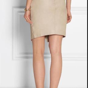 Varetype: nederdel Farve: Beige Oprindelig købspris: 2500 kr.  Den lækreste nederdel i den blødeste læder, stadig med prismærke og tags