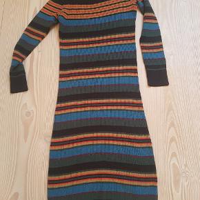 Der står XL i kjolen men vil mene at den er str. M /L.  Jeg bruger normalt 42, og den er lige stram nok. Det er ribstof så den er elastisk.