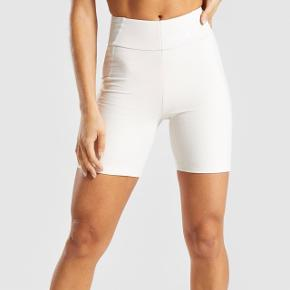 """Jeg sælger disse Gymshark Pastel Cycling shorts i farven """"sand"""", da de er for små 😇 De er helt nye stadig i indpakning."""