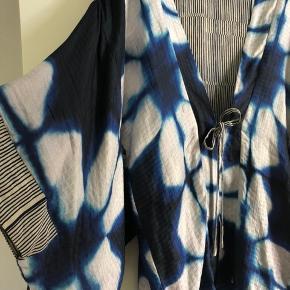 Flot kimono designet af Sharin Foo for Noa Noa. Underdel i silke, se mærke. Str. M/L. Brugt ganske få gange og fra hjem uden røg og dyr. Nypris 1600 kr.