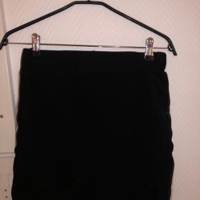 Stram, sort nederdele med hvid stribe i siden