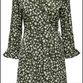Smuk kjole med slåom. Brugt få gange, så stort set som ny.