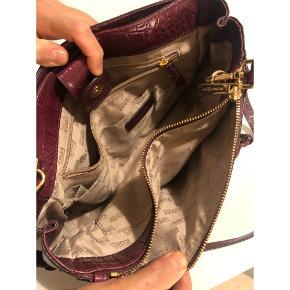 Lækreste taske fra Michael Kors. Modellen hedder Md Satchel og str. ns. Købt som gave til min mor, desværre går hun kun med mindre tasker, derfor sælges denne. Tror jeg har kvittering. Sælges kun for rette pris.