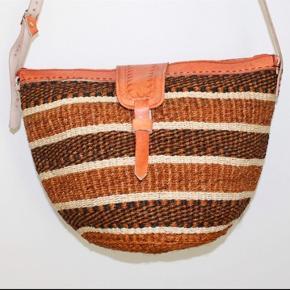 Smukke, håndlavede sisaltasker med detaljer i ægte læder fra Kenya. Læderrem kan justeres til den ønskede længde. Åbningen på tasken er ca. 35 cm. Den er foret indvendigt. Alle taskerne har lynlås!   * Kan efter aftale afhentes i Brønshøj eller i Tølløse * Kan sendes, køber betaler porto