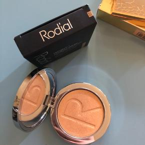 Instaglam compact deluxe highlighting powder fra Rodial i farven 07 Kun prøvet en gang men det er for intens for min lyse hud  Købspris 450,