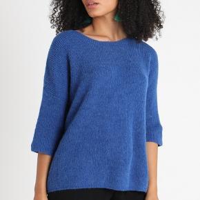 Mærke: Soaked in Luxery Name: Tuesday Jumper MA 2018 3/4 Style: 30403272 Color: 42042 Nautical Blue Størrelse: XS, passer også str S og M Materiale: 39% Alpaka, 25% Wool, 23% Polyamide, 20% Acrylic Blusen: længde 62 cm. Breden fra ærmegab til ærmegab 66 cm . Skulder og ærme 49 cm. En blød trøje  Feminin strik i blå med trekvartærmer. Denne strik kan nemt styles med en langærmet bluse eller kjole under eller bare til et par klassiske denim jeans. Modellen er løs med rund halsudskæring og er størrelsessvarende.  Den  bløde og blide fornemmelse af dette strikstøj kommer fra det fineste garn. Mohair Blend.  Stand: aldrig brugt  Nypris: 499,95  Sælges 325 kr