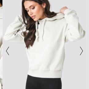 sender gerne billeder pb ☺️ helt ny hoodie med pris mærke stadig på. aldrig brugt.