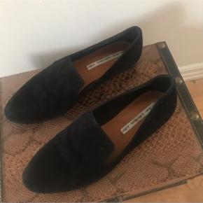 Næsten ubrugte sko i str 37. Ny pris 600kr. Sælges pga er der for store til mig, bruger normal 36 nogle gange 37