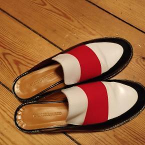 Varetype: sko med åben hæl Farve: rød hvis sort Oprindelig købspris: 1600 kr.  Smukke og kun lige været i brug en gang. Mødes gerne for at handle, for 850,-