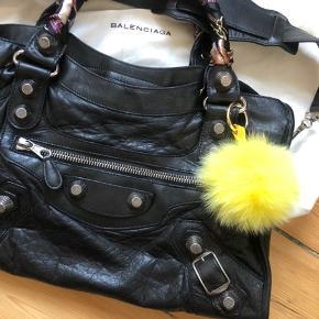 """Udgået Balenciaga City taske med giant G21 silver hardware 🖤🖤       Følger med: Skulderrem, dustbag, spejl og tørklæder på remmene følger med. Ønsker kæber ikke tørklæderne, fjerner jeg dem inde køb (Vedhæng følger ikke med)  Kvittering haves ikke, da jeg selv har købt den secondhand. Alle detaljer, der skal bruges for at verificere en Balenciaga-taske, er vist i annoncen, så det står køber frit for at få den verificeret inden køb fx på PurseForum. Tasken er 100% ægte!  Mål: 24x38 cm (kan indeholde en Macbook 13"""")   Nypris d.d.:  12.500 kr. Mindstepris: 4500 kr.   ⛔️ Bud under mindstepris har ingen interesse)  •••••••••••••••••••••••••  Evt. bytte med en City mini i sort eller antracit - alt anden bytte har desværre ingen interesse.  Jeg handler via Trendsales, bankoverførsel eller mobilepay - ikke kontant. Der er mulighed for """"køb nu"""" via Trendsales ⭐️👌🏼"""