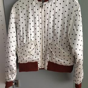 Ganni silkeagtig jakke sælges