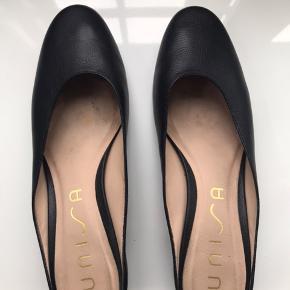 Slip ins i sort læder med 5 cm blokhæl.  I rigtig pæn stand uden mærker og lign.  Ingen bytte Fast pris