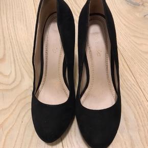 Sorte stiletter, hælen er 11 cm høj. Super behagelige at gå i, men de er desværre en smule for store, og er derfor brugt få gange.