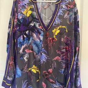 Super smuk silkeskjorte i Dea kudibal næsten som ny kun brugt 3 gange