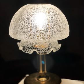 Skønneste bordlampe fra 60'erne. I massiv messing og med murano glasskærm i krakele struktur.  I fineste stand og uden skader og skår. Den ultimative lampe til dig, der går efter det unikke. Højde 29cm Diameter 17cm