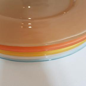 Glas tallerkner. Der er 12 stk i forskellige farver