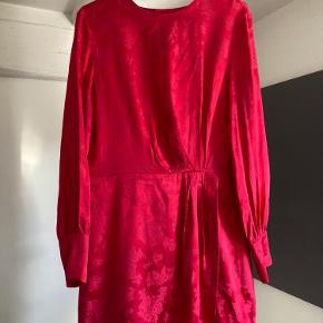 Har aldrig brugt kjolen, da jeg købte den i forkert størrelse.  Kjolen har semi åben ryg.