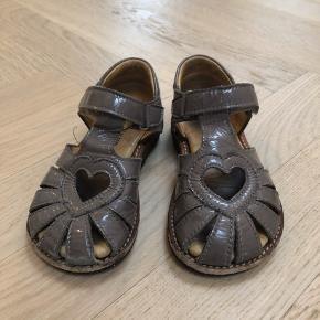 Angulus sandel i lys brun lak str. 24 brugte med ikke at se ude på lakken mere inden i sandalen. Stadig super fine og der er masser af lækre timer i dem, de passer til det meste og så søde og med hjerte.