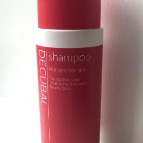 Decubal - Shampoo 200 ml. 💆🏻♀️  Produktbeskrivelse:  Denne shampoo vasker håret og plejer samtidig hovedbunden med vitamin B5 og hvedeekstrakt. Den indeholder blandt andet jojoba og andre naturlige olier, der blødgør og beroliger huden. Specielt udviklet til tør hovedbund. Uden farve, parfume og parabener.  Byd gerne kan afhentes i Aarhus C eller sendes på købers regning 📮✉️