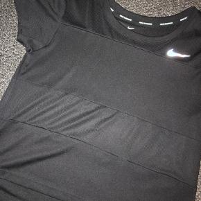 Nike trænings t-shirt i str. M i sort.  Brugt 3 gange men ingen tydelige brugs tegn.  Den ar været gået op i en af syningerne på maven men det er lappet nu (kan ses på billed 3)  Kom gerne med et bud.✨