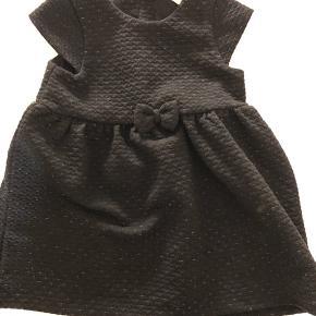 Fin kjole i tykt stof med sød sløjfedetalje og guldvævninger. Brugt en enkelt gang juleaften.  Sender ikke ☺️