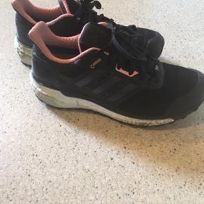 Adidas, supernova Gore-tex sko - Brugt max 1 måned til butiksarbejde!  - Continental ydersål - boost mellemsål - Gore-tex for = vandtæt og åndbar.   Afhentes helst på Nørrebro (ca 300m fra Skjolds Plads) ! Ellers betaler køber portoen med DAO.   Se også mine andre annoncer ☺️