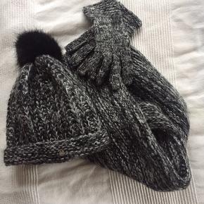 Alt velholdt men handskerne lidt slidte men stadig fine og brugbar. Et super sæt fra Esprit