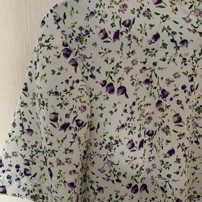 Fin bluse med korte ærmer. Den er vasket én gang, men ikke brugt. Blusen er rigtig en str. L, men passer en M 💐