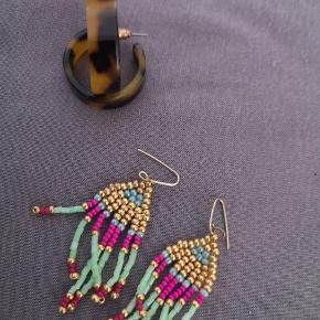 Plastik øreringe fra H&M (brune) Multi øreringe fra littlepeanutandme Sælges samlet for 50kr