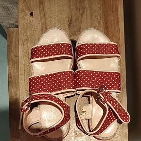 Søde røde sandaler med hvide prikker fra Stine Goya brugt meget sparsomt. De er lette og så rare at have på, men måske til den smalle side