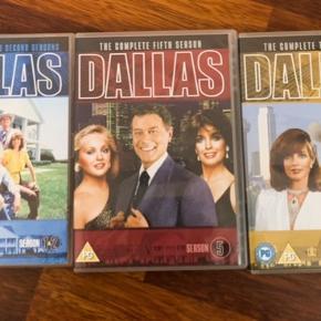 1 - 2 og 3 sæson af den populære serie DALLAS fra sidst 70'erne/80'erne med JR og Bobby Ewing. Danske undertekster på sæson 1. Sæson 2 og 3 er der IKKE danske undertekster.  Ingen ridser skræmmer mv.  Som nye.  Sælges samlet.