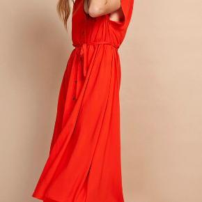 Super smuk rød kjole. Kan både bruges med bindebånd, eller uden.