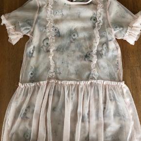 Super fin tøjpakke. Mrs. mighetto har i samarbejde lavet denne kollektion. Alt i str 104. Ingen huller eller brugsspor.