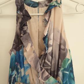Den smukkeste lange kjole, som slet ikke sælger sig selv på disse billeder. Billeder hvor den er på, kan sendes på mms.