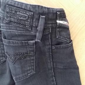 Varetype: pige Størrelse: 12år Farve: Sorte Oprindelig købspris: 999 kr.  Smarte sorte Diesel jeans med smarte detaljer - kun brugt få gange.  Bukserne er helt sorte - lyset på billederne er misvisende.