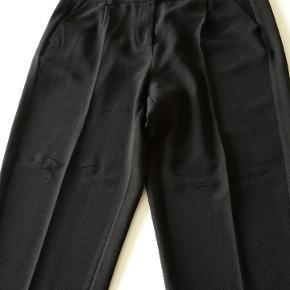 Utrolig lækre bukser.  Sælger kun da de ikke passer så godt mere  Rydder op her i juli og giver til velgørenhed så en del af mine annoncer lukkes hvis ikke solgt