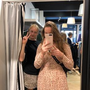 Sælger min kjole fra YAS da jeg ikke får den brugt nok og det er for synd synes jeg🤍 Fitter en s/m