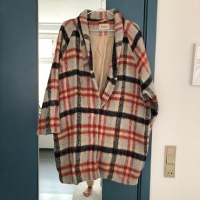 Kan bruges som overgangsfrakke eller om vinteren med en tyk sweater under.