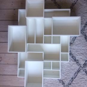 Vægreolen er fra Bolia af Henrik Ilfeldt. Reolen er brugt, men ikke slidt og har ingen skrammer.