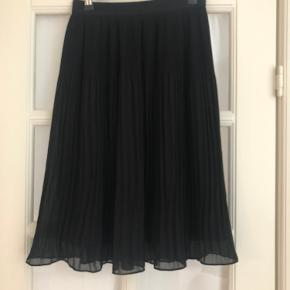 H&M/ New pleated skirt, S Fits also perfectly for people with M size