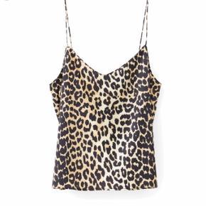 """Sælger denne yndige top fra Ganni.  Modellen hedder """"Dufort Silk"""" i farven """"Leopard"""" og materialet er silke. Den er købt i sommeren 2017 i Ganni's flagshipstore i Kbh.  Det er en str. 34, med justerbare stropper og små slidser i siderne.  Toppen er blevet brugt maks to gange, og er derfor så god som ny!  Nyprisen er 1199,-   Køber betaler fragt, og de udgifter der yderligere måtte være.   BUD ØNSKES!"""