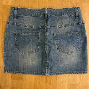 Lækker kort cowboy/denim nederdel fra Moss Copenhagen, str. M (men passer en str. small), farve: lyseblå denim, brugt et par gange, men har ingen tegn på brug - kan afhentes i Odense C eller sendes på købers regning :)
